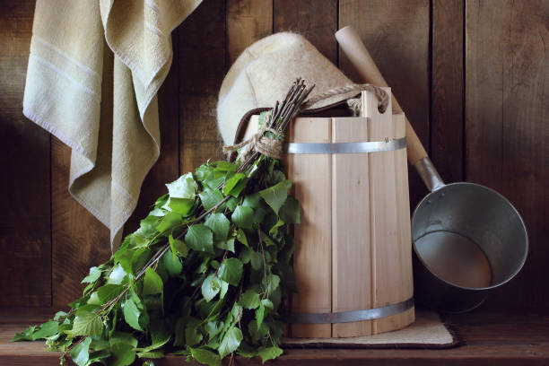 bad besen gemacht aus birke und holzeimer in der russischen banja - saunazubehör stock-fotos und bilder