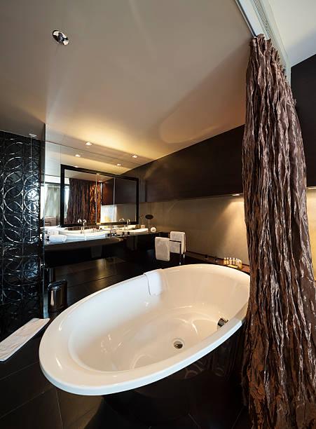 bad in hotel-schlafzimmer - badewannenkissen stock-fotos und bilder