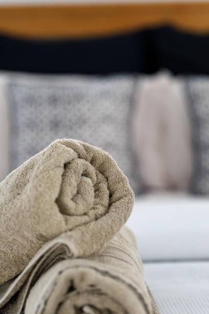 badetuch in moderne apartment - inneneinrichtungen - badmöbel gäste wc stock-fotos und bilder