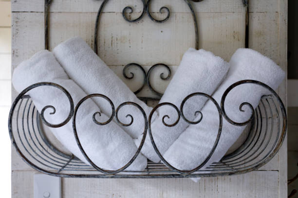 badetücher in retro-wohnung - inneneinrichtungen - badmöbel gäste wc stock-fotos und bilder