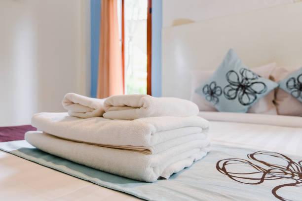 badetücher - badewannenkissen stock-fotos und bilder