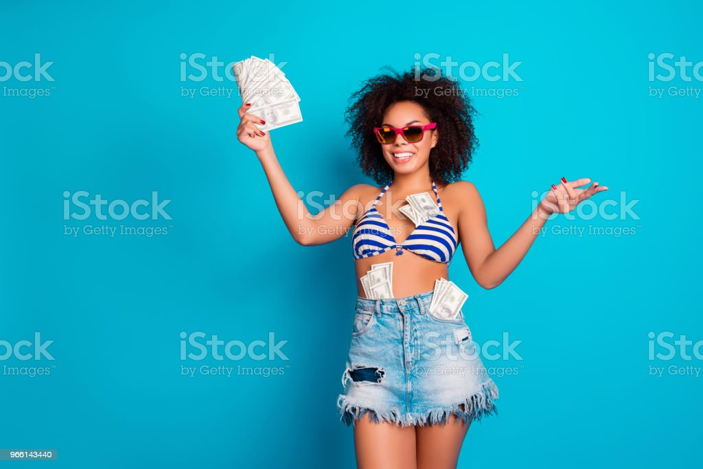 I bathe in money! Funny beautiful wealthy attractive african wom - Foto stock royalty-free di Adulto
