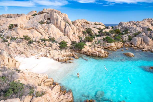 fare il bagno in una spiaggia appartata, sardegna, italia - sardegna foto e immagini stock