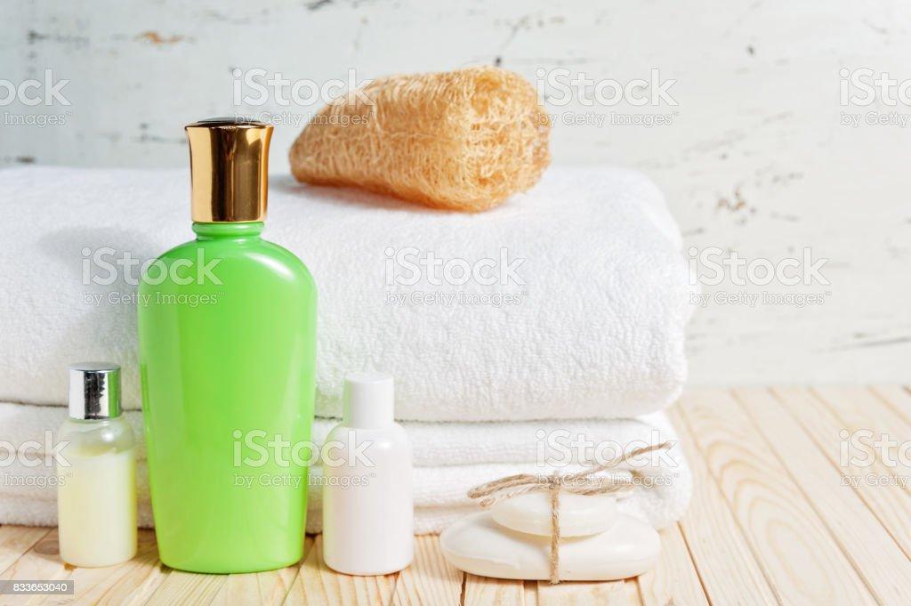 Bad-Accessoires und weißen Handtuch. Seife und Lotion. Beauty-Pflege-Accessoires für das Bad. – Foto