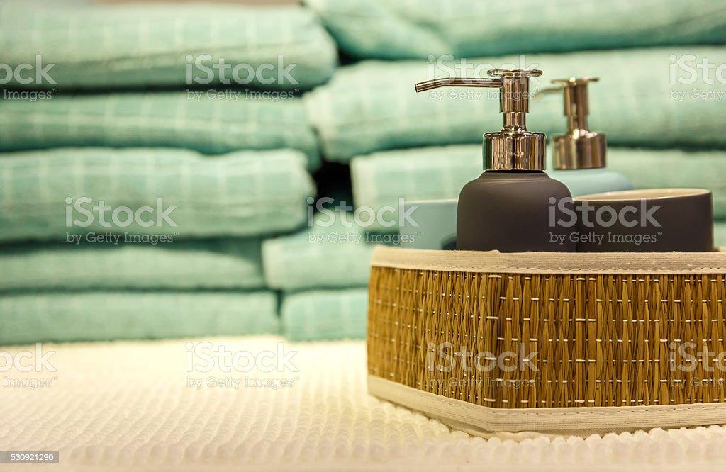 Acessórios de banho em prateleiras - foto de acervo