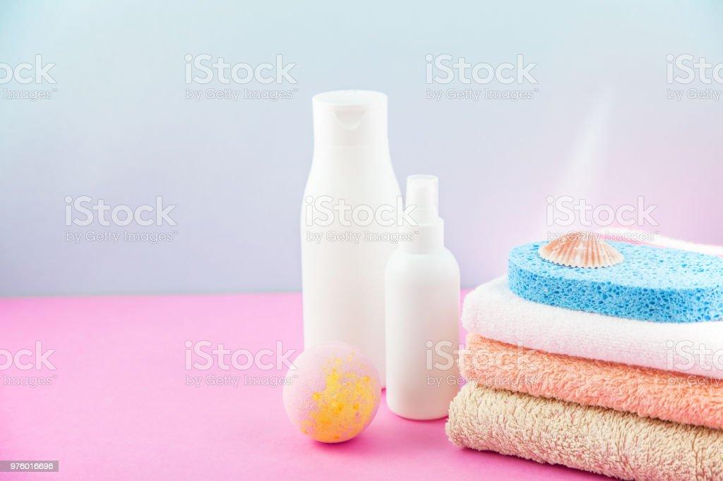 Badaccessoires Handtücher Und Shampoo Schaumbad Creme Auf Ein Licht ...