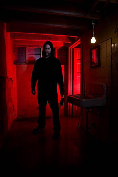 Banheiro subsolo com assustador Killer com faca, espaço para texto - foto de acervo