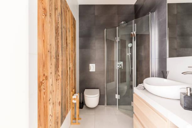 bad-design mit rohholz - badezimmer rustikal stock-fotos und bilder