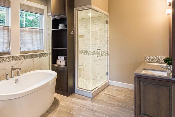 Banheiro de luxo em casa: Banheira e chuveiro - foto de acervo
