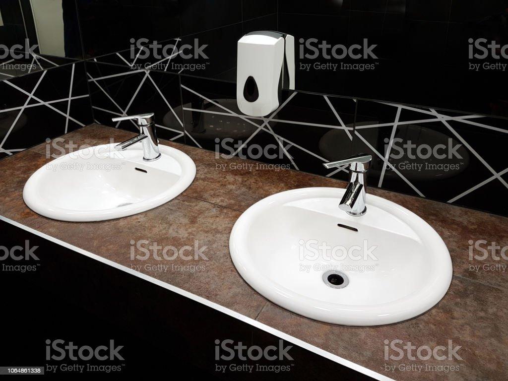 Badezimmer Interieur In Schwarz Und Weiß Runde Keramik ...