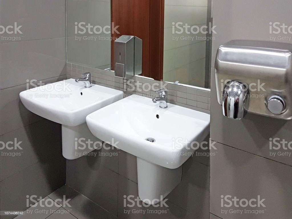 Espejos Redondos Lavabo.Interior De Cuarto De Bano En Colores Claros Blancos Y