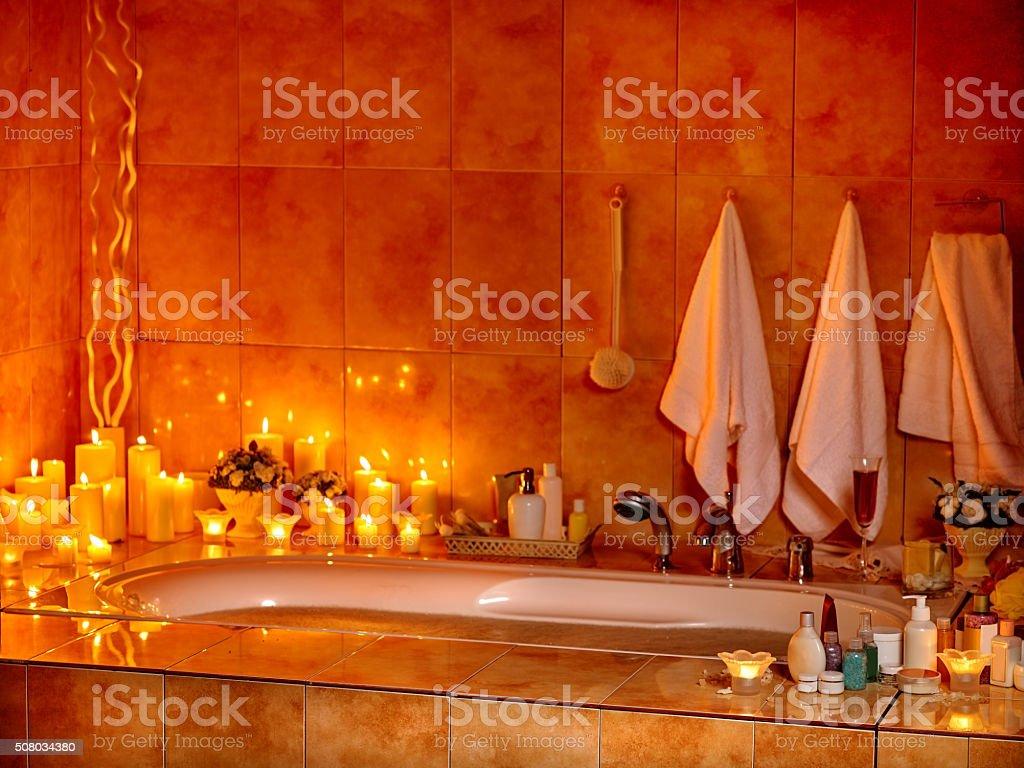 Bagno interno con bagno pieno di schiuma - foto stock