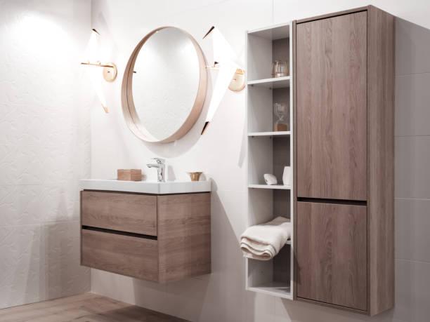 interior do banheiro com pia e torneira - banheiro doméstico - fotografias e filmes do acervo