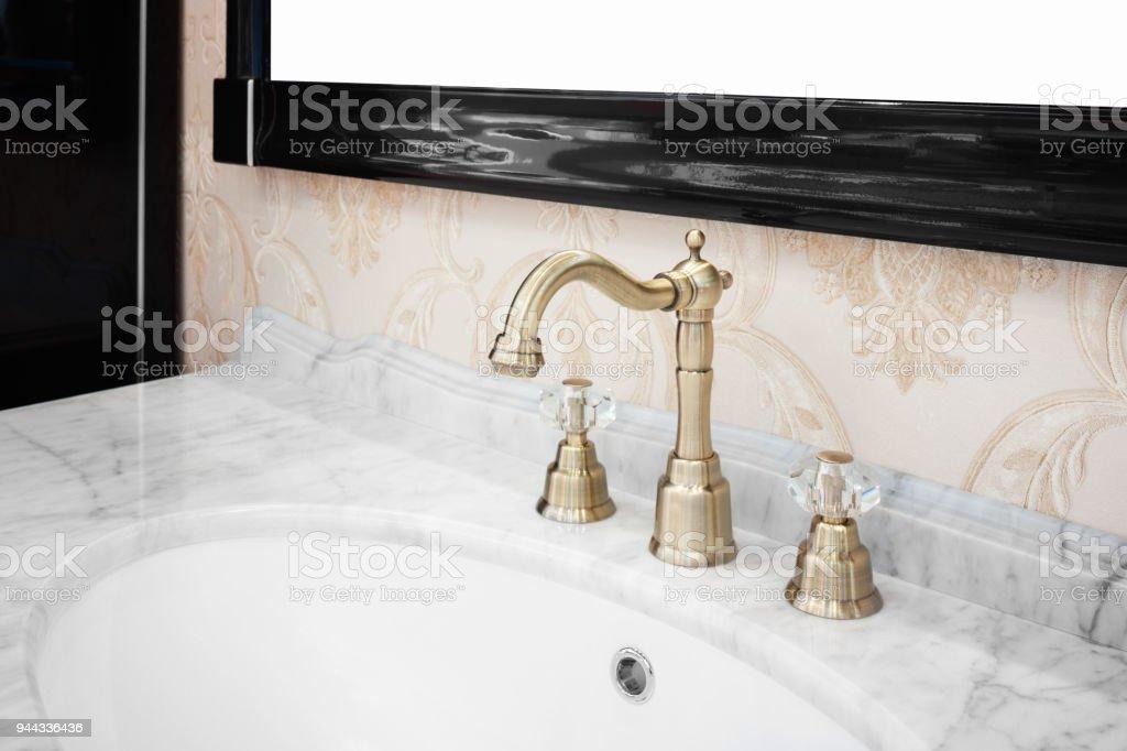 Badezimmer Interieur Mit Waschbecken Und Retro Stil Wasserhahn Stock ...