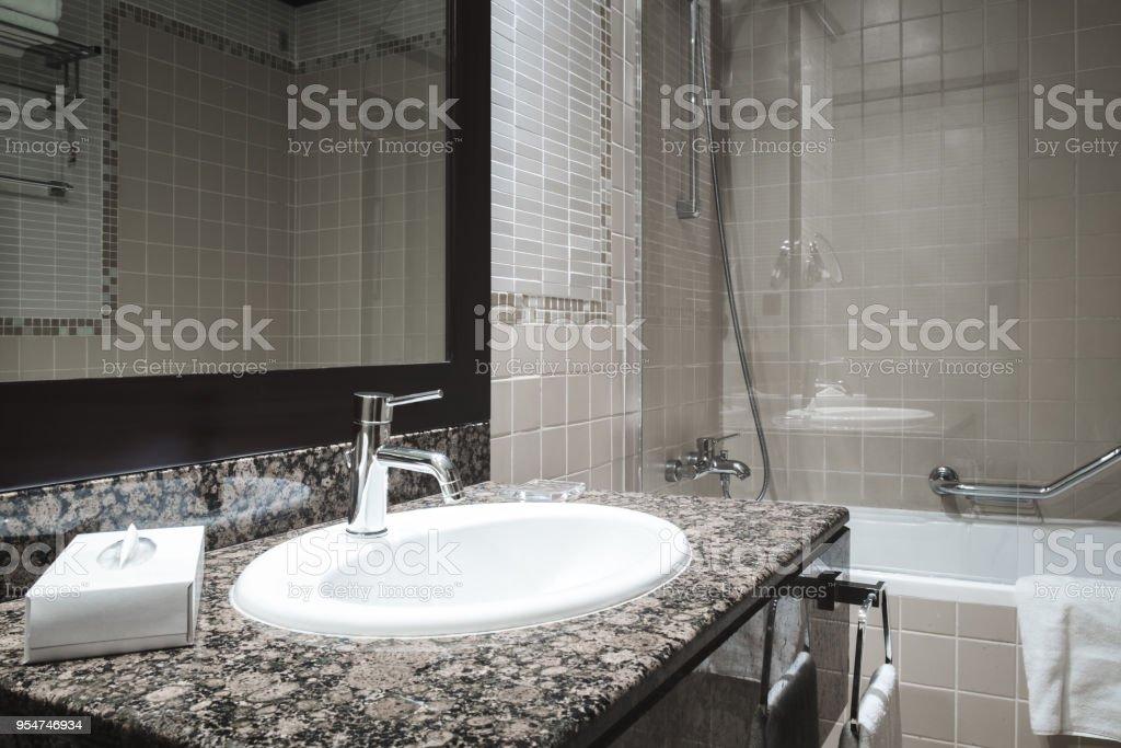 Mesa Para Lavabos Modernos.Lujo De Cuarto De Bano Con Lavabo Blanco De Estilo Moderno
