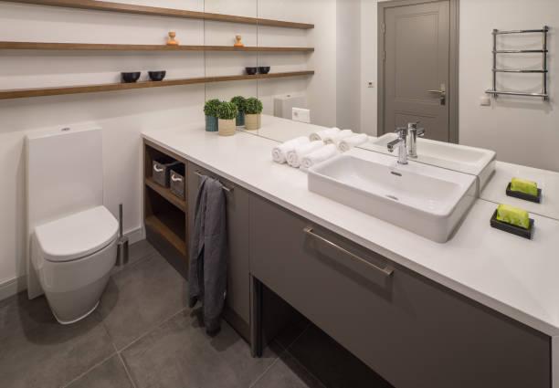 bad. modernes badezimmer interieur. - backofenfenster reinigen stock-fotos und bilder