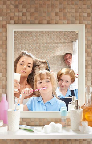 badezimmer am morgen privatsphäre - mädchen dusche stock-fotos und bilder