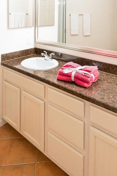 badezimmer für gäste. - badmöbel gäste wc stock-fotos und bilder