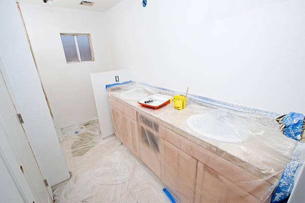badezimmer remodel series 10: straße primer - kunststoff behälter bemalen streichen stock-fotos und bilder