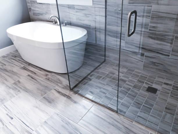 bathroom shower and tub - podłoga z płytek zdjęcia i obrazy z banku zdjęć