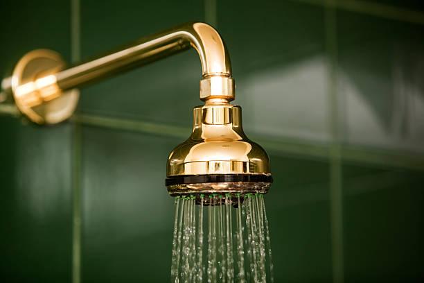 banheiro com chuveiro e água corrente - banheiro instalação doméstica - fotografias e filmes do acervo