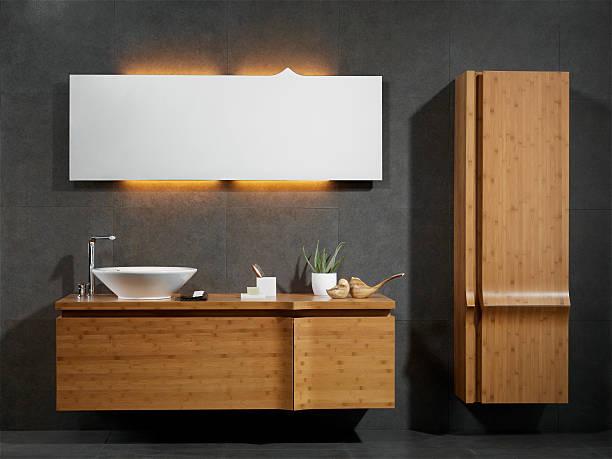 waschbecken und spiegel - sanitäreinrichtung stock-fotos und bilder