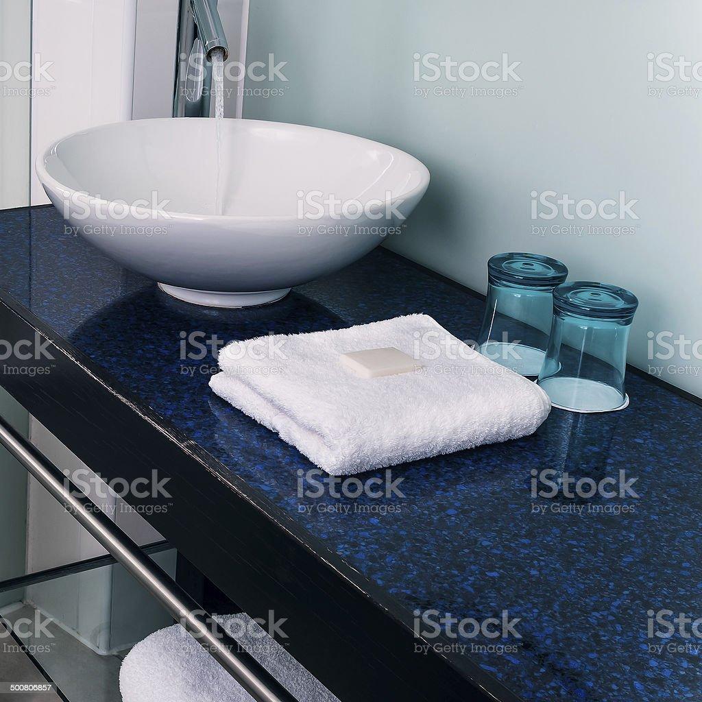 Badezimmer Waschbecken Aus Glas, Blauen Wasser, Handtücher Lizenzfreies  Stock Foto