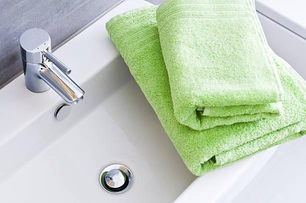 Waschbecken mit zwei saubere grüne Handtücher in verschiedenen Größen – Foto