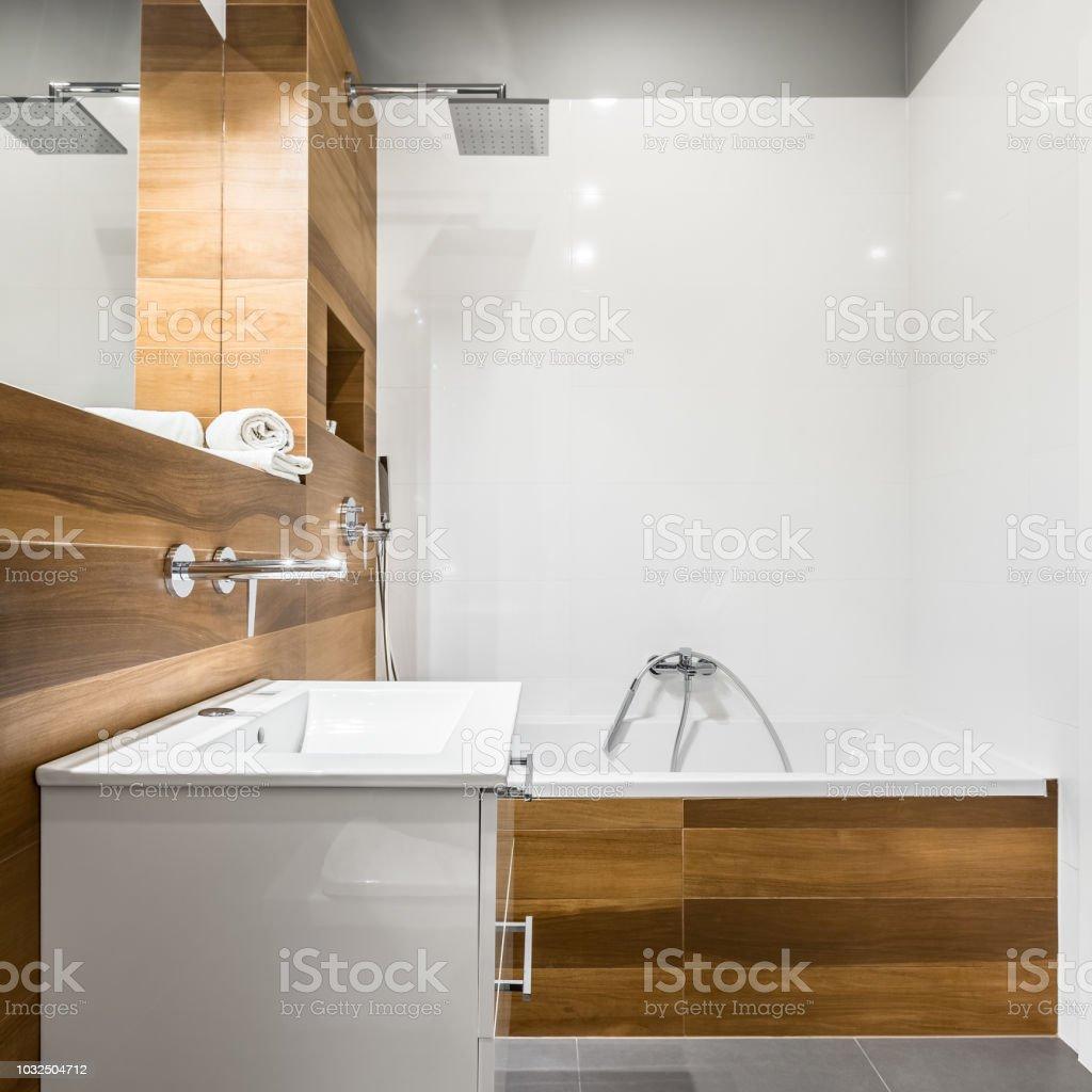 Salle De Bain Avec Baignoire photo libre de droit de salle de bains avec baignoire et