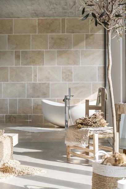 badezimmer mit badewanne - badezimmermöbel holz stock-fotos und bilder