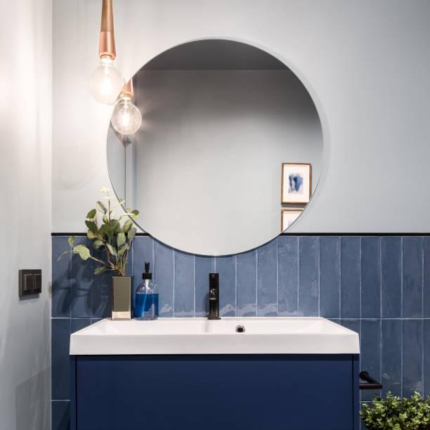 banheiro com o espelho redondo grande - banheiro doméstico - fotografias e filmes do acervo