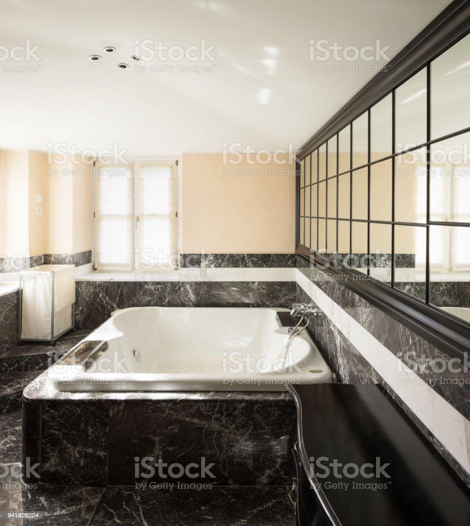 Badezimmer Mit Schwarzem Marmor Fliesen Und Leere Große ...