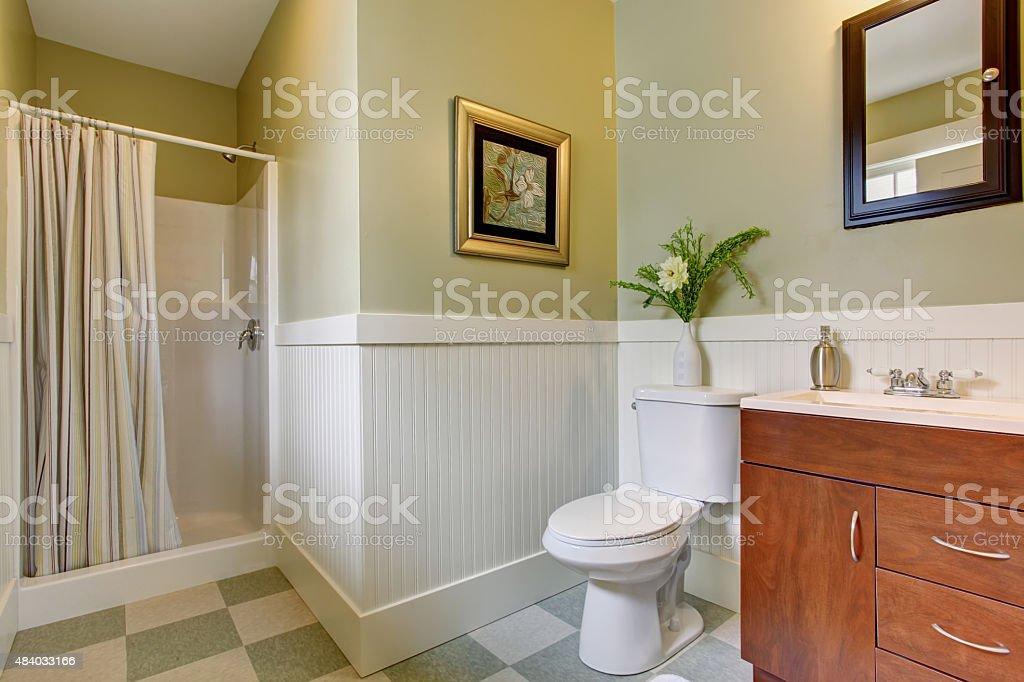 Bagno con piastrelle pavimento a scacchi bianco e verde pareti
