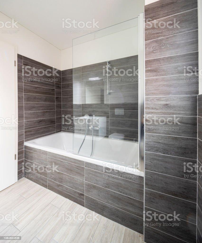 Cuarto De Baño Con Azulejos Marrones Minimalistas Elegante ...