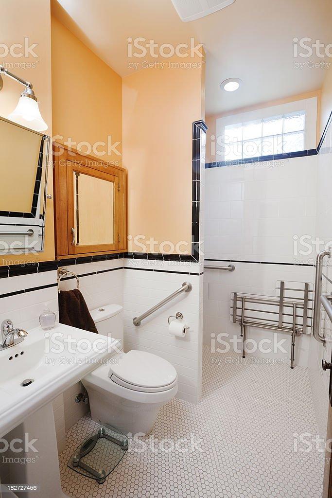 Badezimmer mit barrierefreier, körperliche Behinderung zugänglich Residential Hause – Foto
