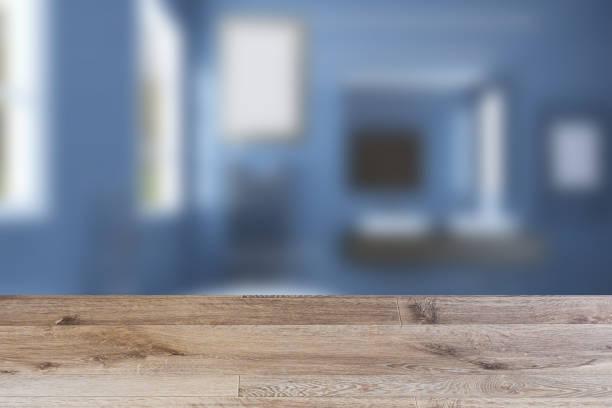 Banheiro com espelho grande, radiador de aço e dissipadores largos.. Pinturas em branco.  Maquete. rendição 3D. tabela de madeira - foto de acervo