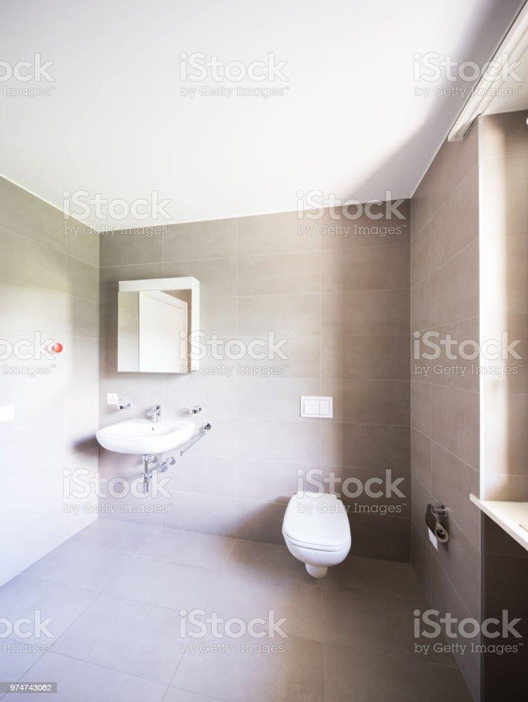 Cuarto De Baño Con Azulejos Modernos Grandes Foto de stock y ...