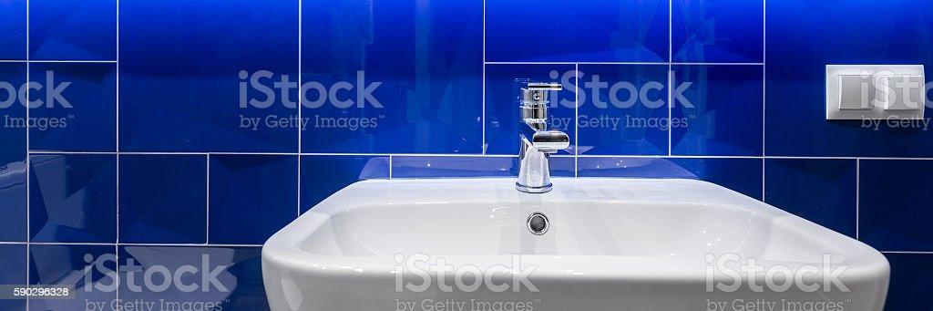 Bathroom with shiny blue tiles royaltyfri bildbanksbilder