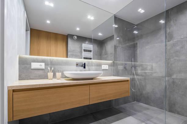 Casa de banho com chuveiro e espelho - foto de acervo