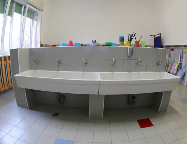 badezimmer mit waschbecken zur reinigung in der baumschule - kindergarten handwerk stock-fotos und bilder