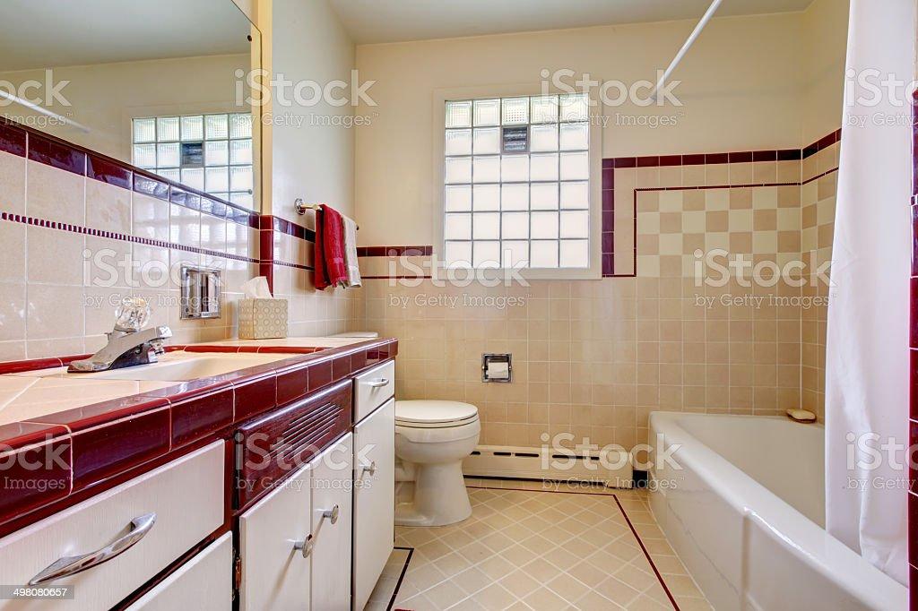 Badezimmer Mit Fliesen An Der Wand Bordüre Und Glas Block ...
