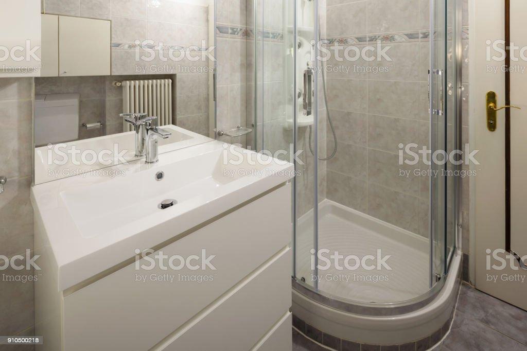 Badezimmer Mit Fliesen Und Eine Grosse Dusche Stockfoto Und Mehr Bilder Von Architektur Istock