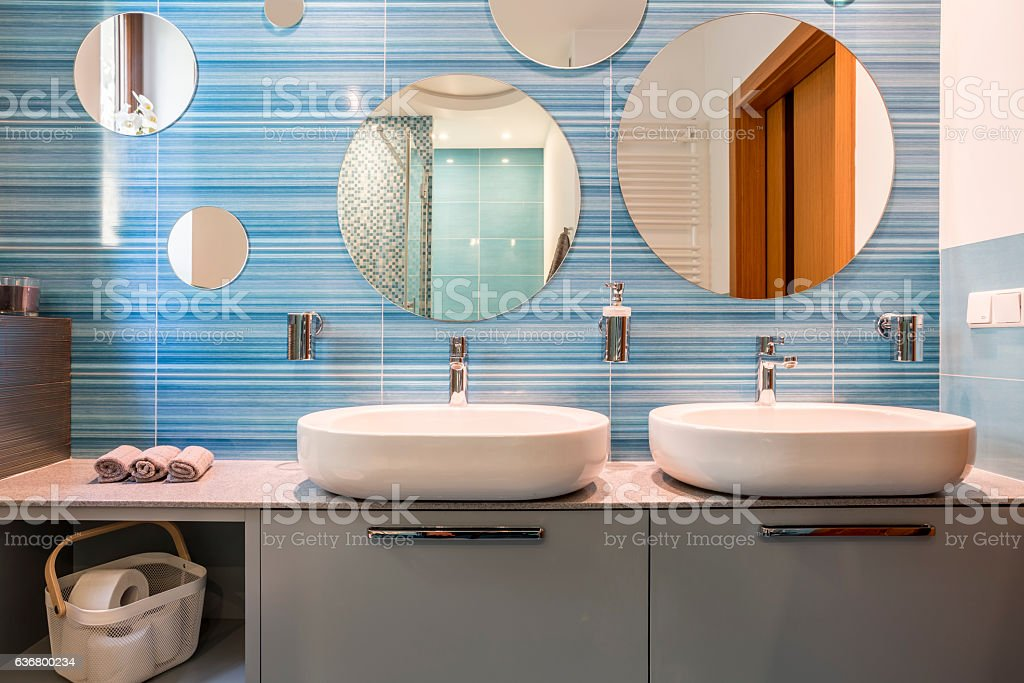 Bathroom with two sinks - foto stock