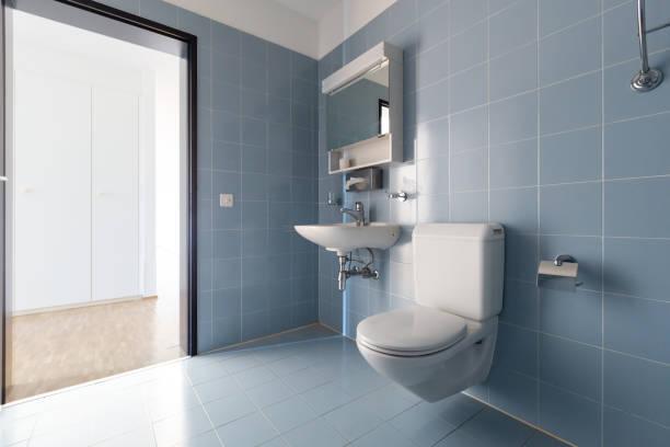 Badezimmer mit Vintage-blauen Fliesen. Waschbecken und Toilette – Foto