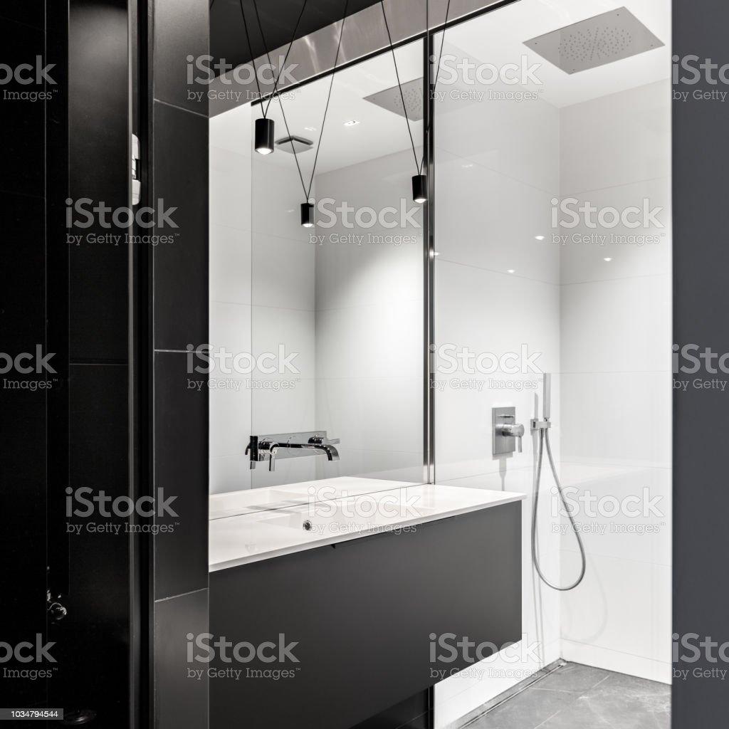 Badezimmer Mit Begehbarer Dusche Stockfoto und mehr Bilder von Architektur