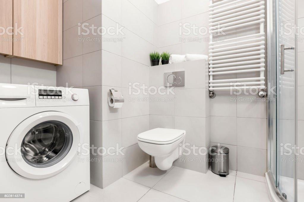 Badezimmer Mit Waschmaschine Und Dusche Stockfoto und mehr ...