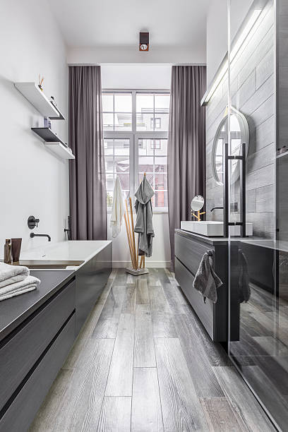bathroom with wood effect tiles - minimalbadezimmer stock-fotos und bilder