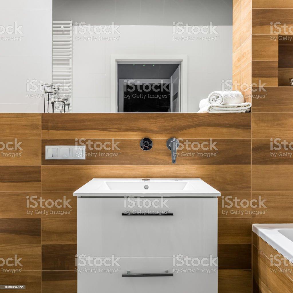 Badezimmer Mit Fliesen Holzoptik Stockfoto und mehr Bilder ...