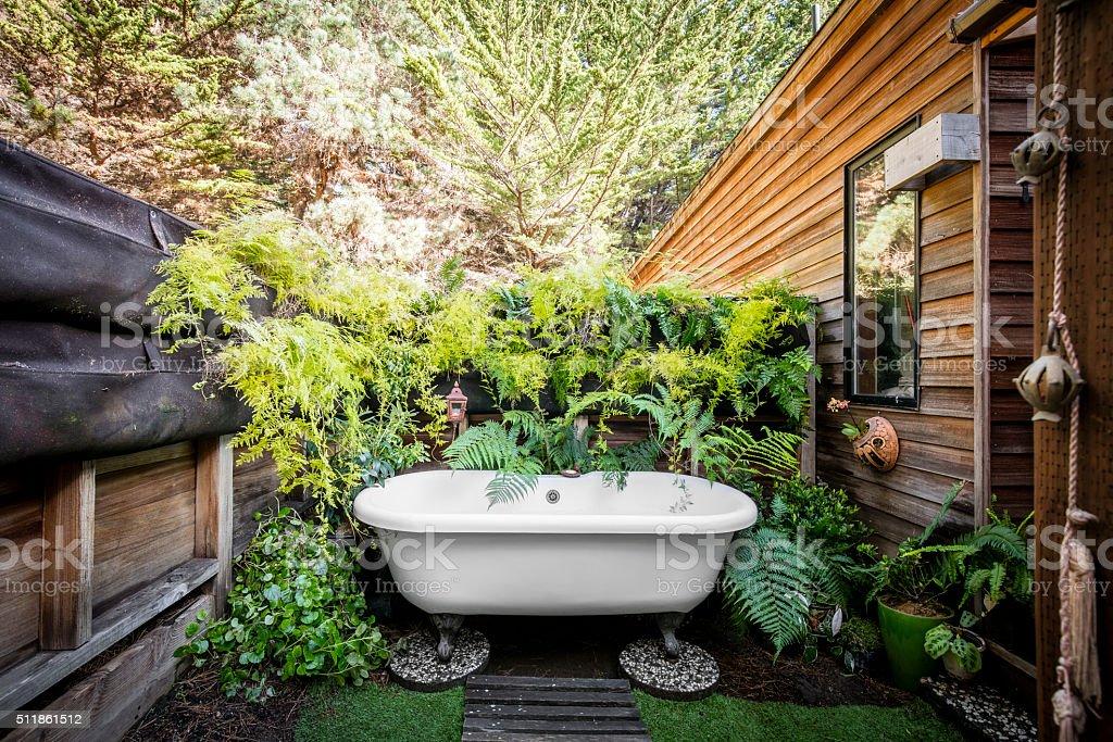 Vasca Da Bagno Per Giardino : Vasca da bagno allaperto fotografie stock e altre immagini di