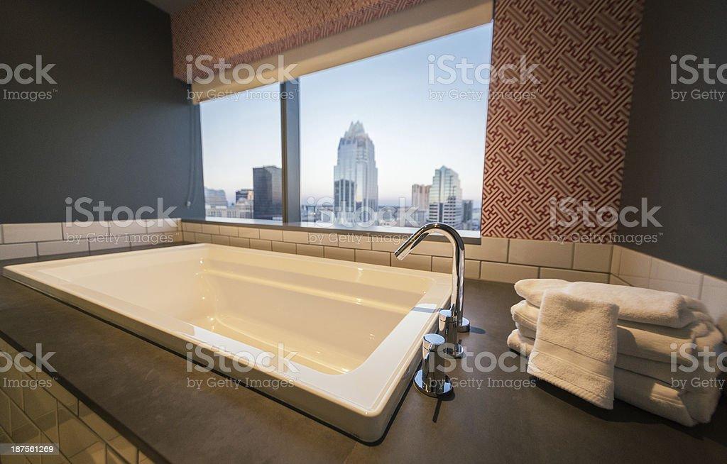 Vasca Da Bagno Vista : Vasca da bagno con vista sulla città fotografie stock e altre